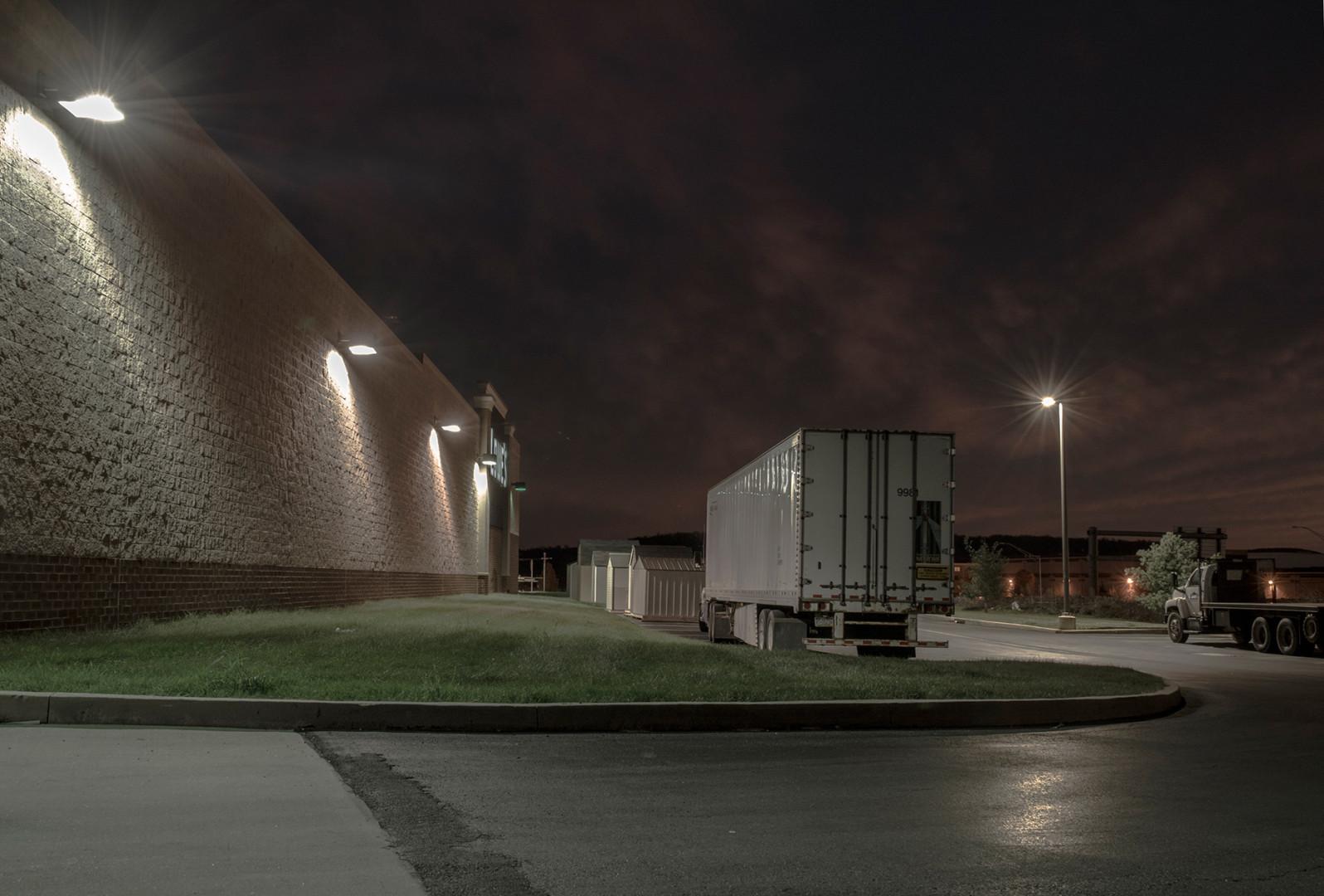 photo noir,dusk,truck,light